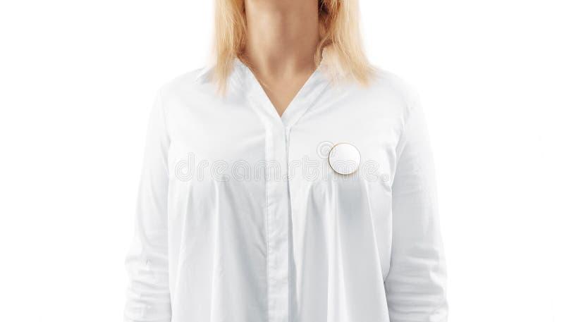 Derisione rotonda bianca in bianco del distintivo del risvolto dell'oro sul petto della donna fotografia stock
