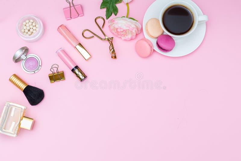Derisione su Accessori femminili su un fondo rosa Vista da abov fotografia stock libera da diritti