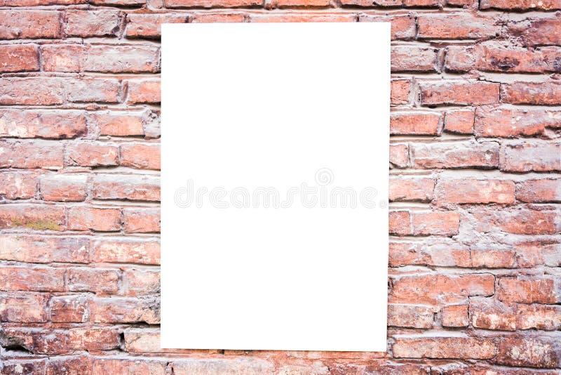 Derisione su Tabellone per le affissioni in bianco all'aperto, struttura del manifesto, pubblicità all'aperto sul muro di mattoni fotografie stock