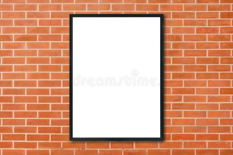 Derisione sulla cornice in bianco del manifesto che appende sul fondo rosso del muro di mattoni nella sala - può essere derisione immagini stock libere da diritti