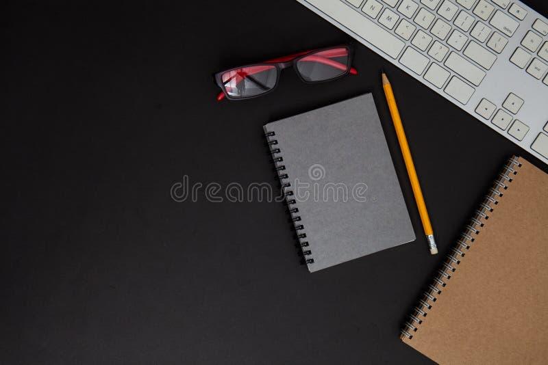 Derisione sulla tavola con fondo nero Tavola dell'ufficio immagini stock libere da diritti
