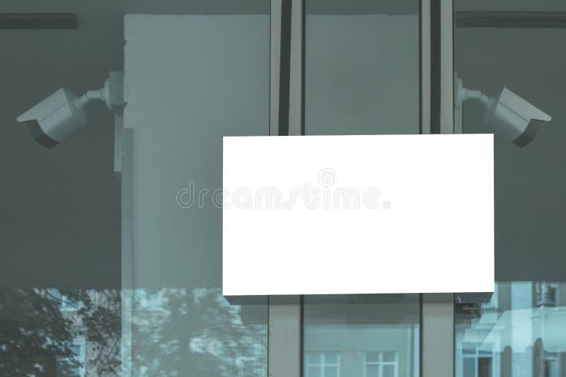 Derisione vuota di bianco sull'insegna sulla finestra di vetro del deposito immagini stock