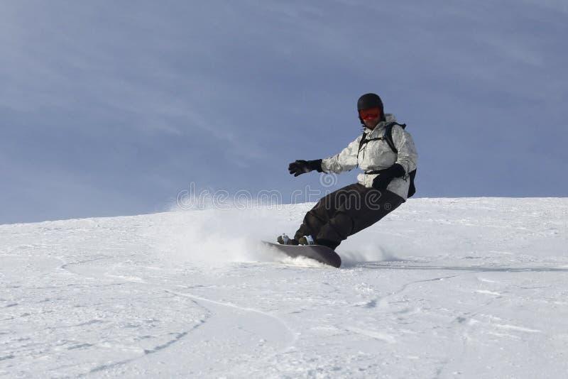 Derivação apaixonado do homem da snowboarding foto de stock