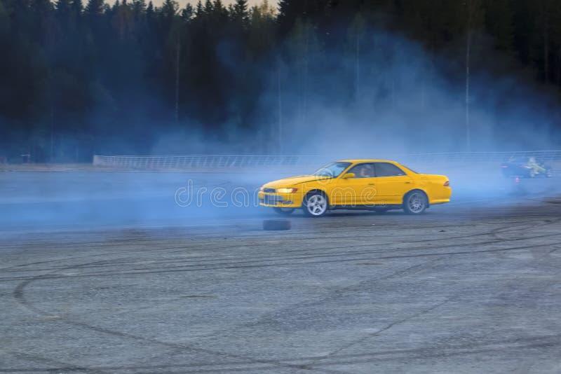 Derivação de YCar Carro de esportes amarelo na competição de derivação fotos de stock royalty free