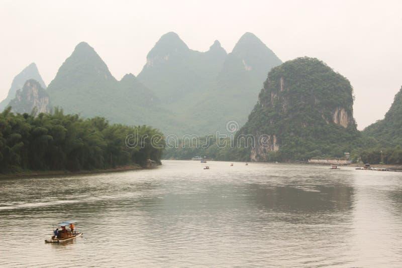 Deriva del barco en el río de Yulong, Yangshuo, Guilin, China foto de archivo libre de regalías