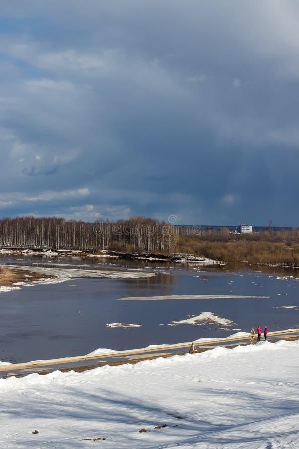 Deriva del ghiaccio sul fiume in primavera fotografia stock