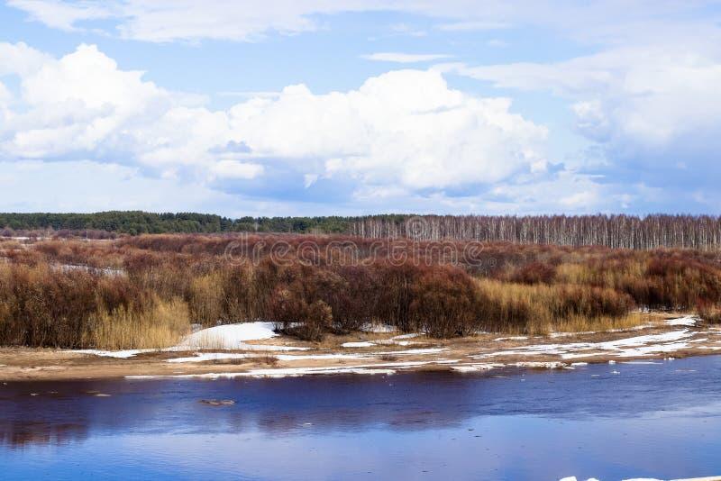 Deriva del ghiaccio sul fiume in primavera fotografia stock libera da diritti