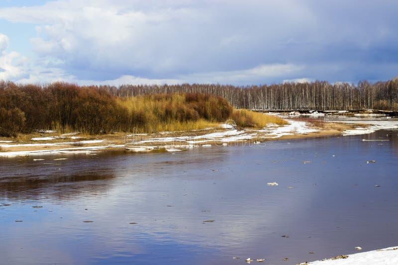 Deriva del ghiaccio sul fiume in primavera immagini stock