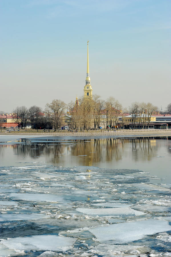 Deriva del hielo en Neva Opinión el Peter y Paul Fortress imágenes de archivo libres de regalías