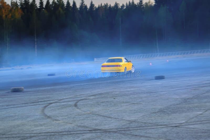 Deriva??o de YCar Carro de esportes amarelo na competi??o de deriva??o fotografia de stock royalty free