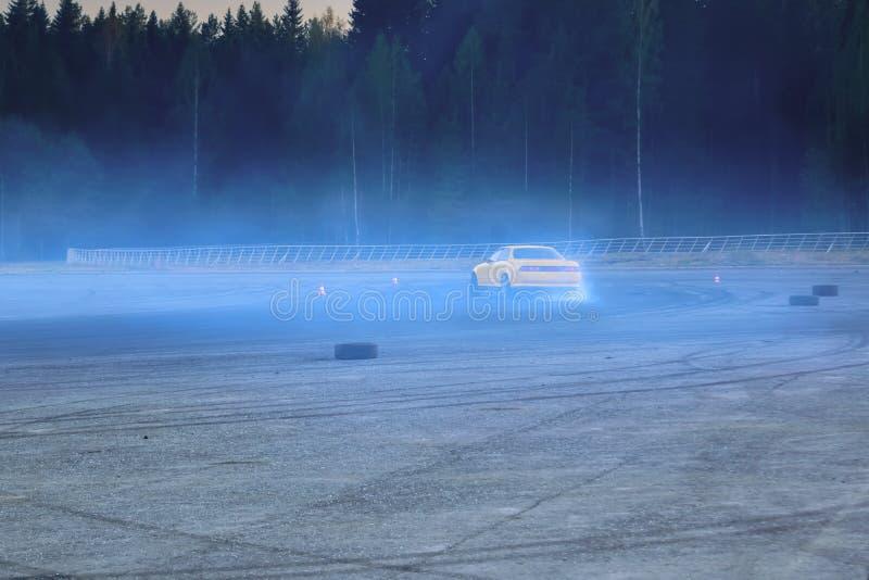 Deriva??o de YCar Carro de esportes amarelo na competi??o de deriva??o imagem de stock royalty free