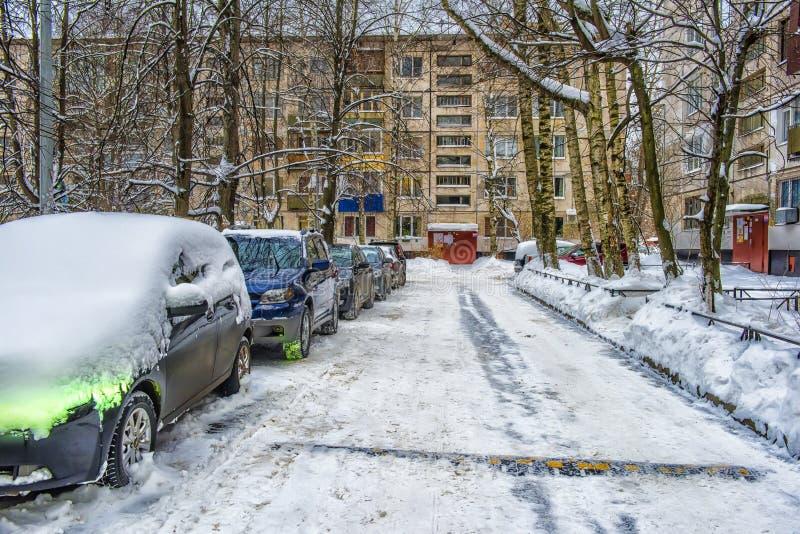 Derivas a lo largo de un camino en invierno foto de archivo
