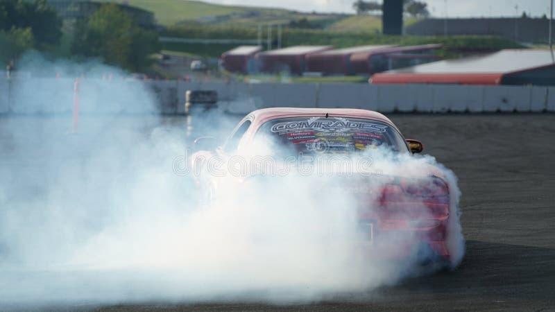 Derive competir con, coche de la deriva, fumando los neumáticos foto de archivo