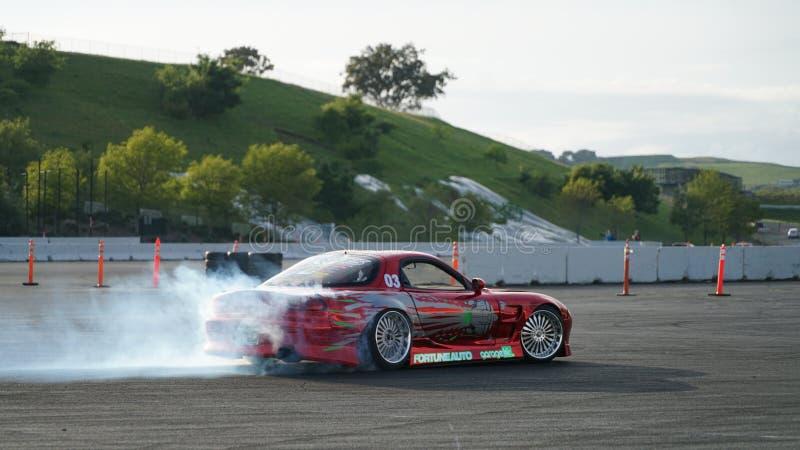 Derive competir con, coche de la deriva, fumando los neumáticos imagen de archivo
