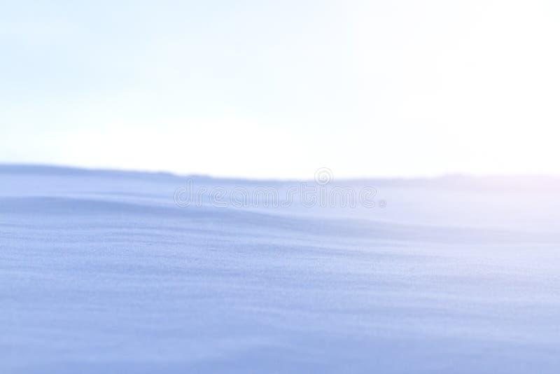 Derive della neve e cielo grigio con punto caldo soleggiato immagine stock libera da diritti