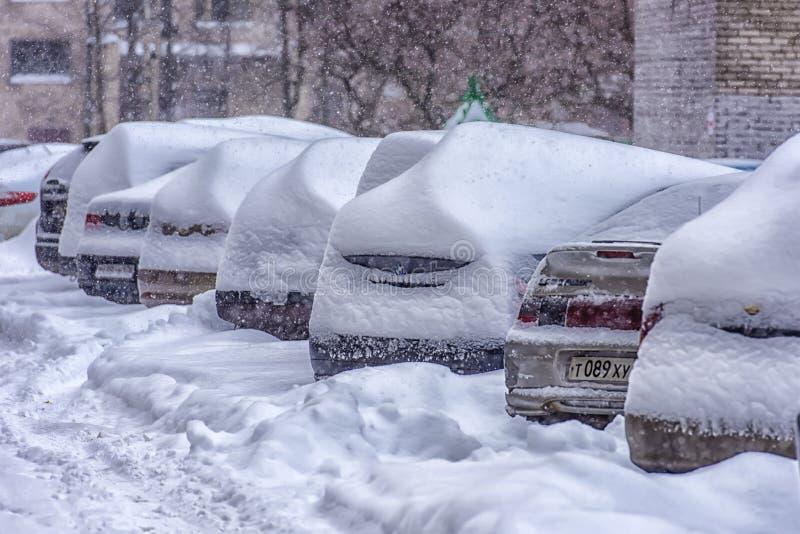 Derive lungo una strada nell'inverno immagini stock