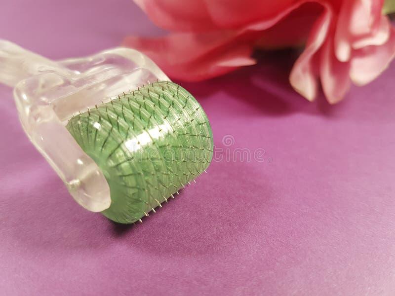 Derma rolownik dla medycznej akupunktury, skóry odmładzania kwiat w tle zdjęcia royalty free