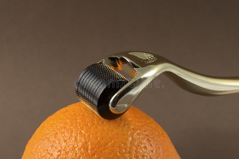 Derma rolownik dla medycznej mikro needling terapii z pomarańcze obraz royalty free