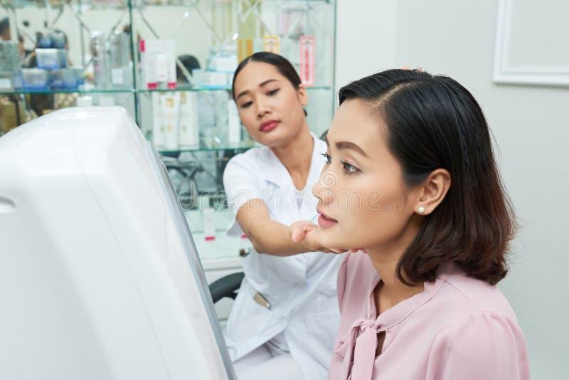 Dermatólogo talentoso Having Appointment foto de archivo