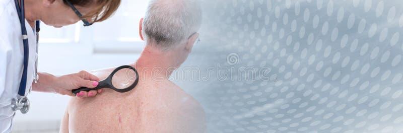 Dermat?logo que examina la piel de un paciente; bandera panor?mica imagenes de archivo