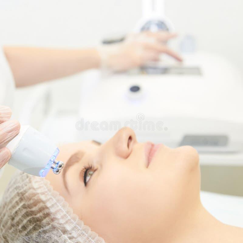 Dermatología Tratamiento facial de la piel Procedimiento de arrugas del spa médico Las mujeres enfrentan rejuvenecimiento Chica g fotografía de archivo