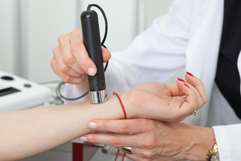 Dermatolog egzamininuje birthmarks i gramocząsteczki na żeńskim pacjencie obraz royalty free