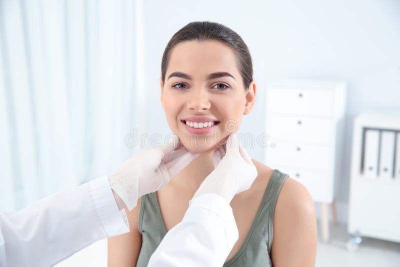 Dermatolog egzamininuje pacjent twarz w klinice obraz stock