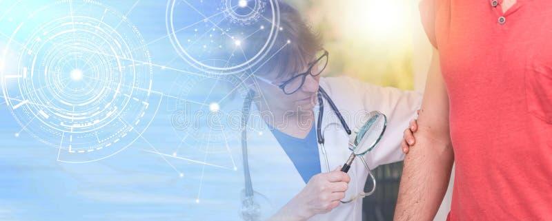 Dermatolog egzamininuje skórę pacjent; wieloskładnikowy ujawnienie fotografia stock