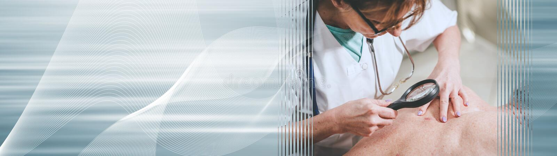 Dermatolog egzamininuje sk?r? pacjent; panoramiczny sztandar obraz stock