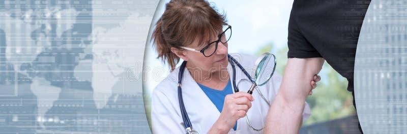 Dermatolog egzamininuje sk?r? pacjent sztandar panoramiczny obraz stock
