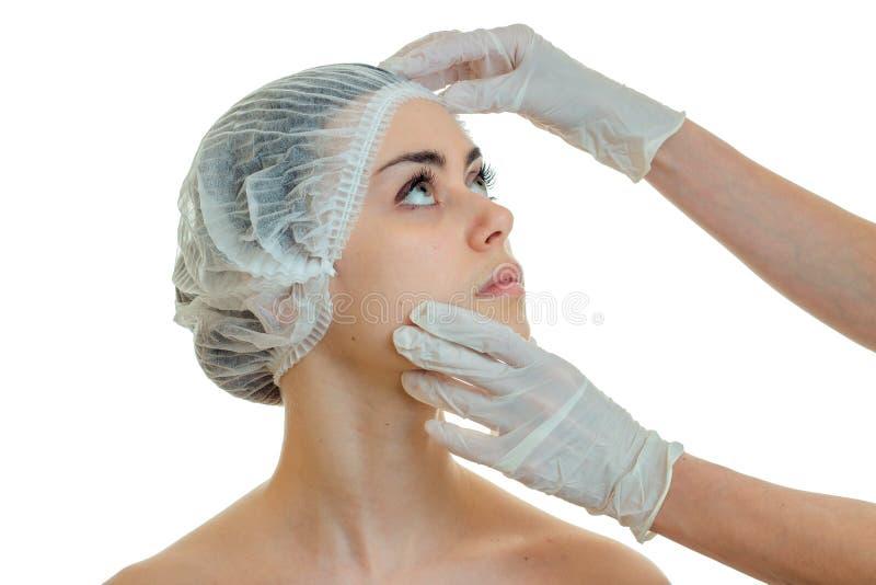 Dermatolog egzamininuje twarz młoda dziewczyna w białym rękawiczki zakończeniu obraz royalty free