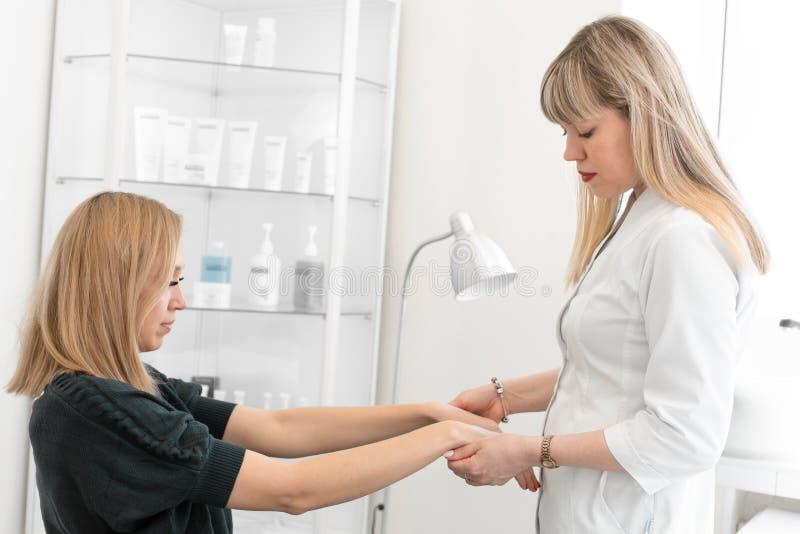 Dermatolog robi początkowemu egzaminowi pacjent skóry warunek zdjęcia royalty free