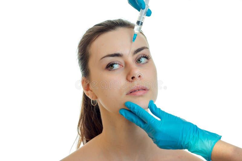 Dermatolog w błękitnych rękawiczkach robi zastrzykowi na twarzy młody ładny dziewczyny zakończenie zdjęcia stock