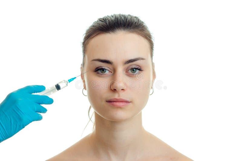 Dermatolog wstrzykuje szczepionki na twarzy młoda dziewczyna zakończenie zdjęcie royalty free