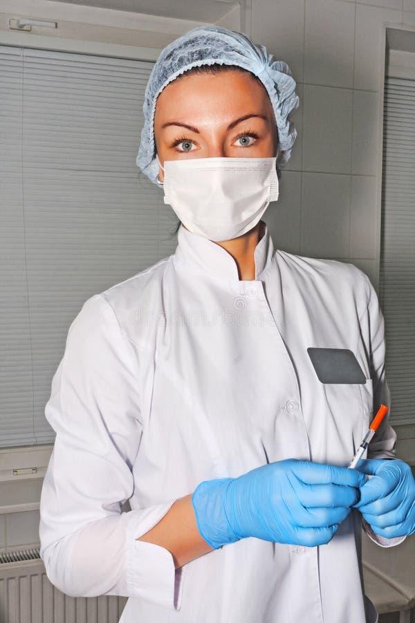 Dermatologa cosmetologist czeka jej pacjenta z chirurgicznie maską obrazy royalty free