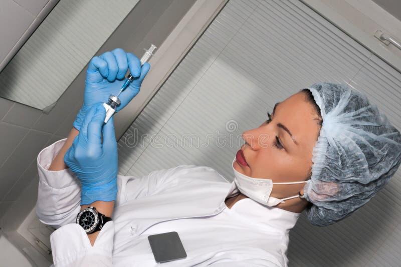 Dermatologa cosmetologist przygotowywa piękno kolagenu zastrzyka fotografia stock