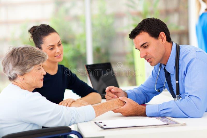 Dermatologenpatientenhaut stockbilder