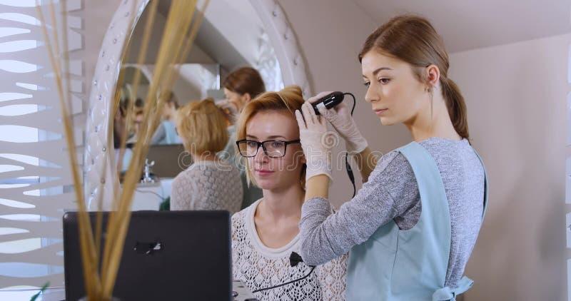 Dermatologue de visite de femme à la clinique photos stock