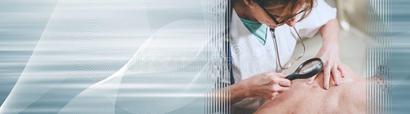 Dermatologue examinant la peau d'un patient ; banni?re panoramique image stock