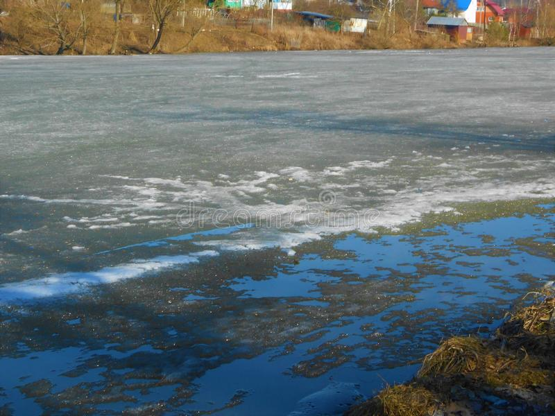 Dernière glace de fonte sur le lac dans le printemps dans le jour chaud ensoleillé photo stock