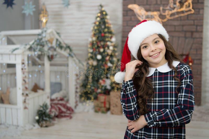Dernière préparation de la petite elfe un enfant élégant décorant la maison noël à la maison bonne nouvelle année pour vous fille photo libre de droits