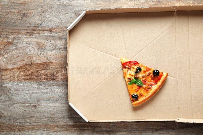 Dernière tranche de pizza savoureuse dans la boîte en carton photos stock