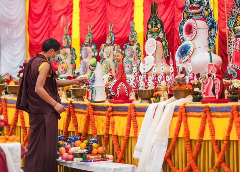 Dernières préparations avant la cérémonie traditionnelle avec l'utilisation un massif de roche image libre de droits