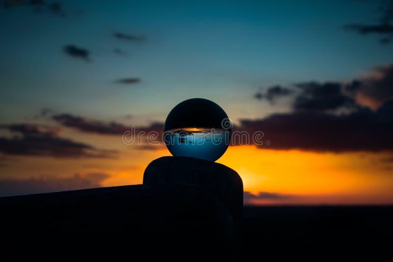 Dernier coucher du soleil d'automne dans un verre photographie stock libre de droits