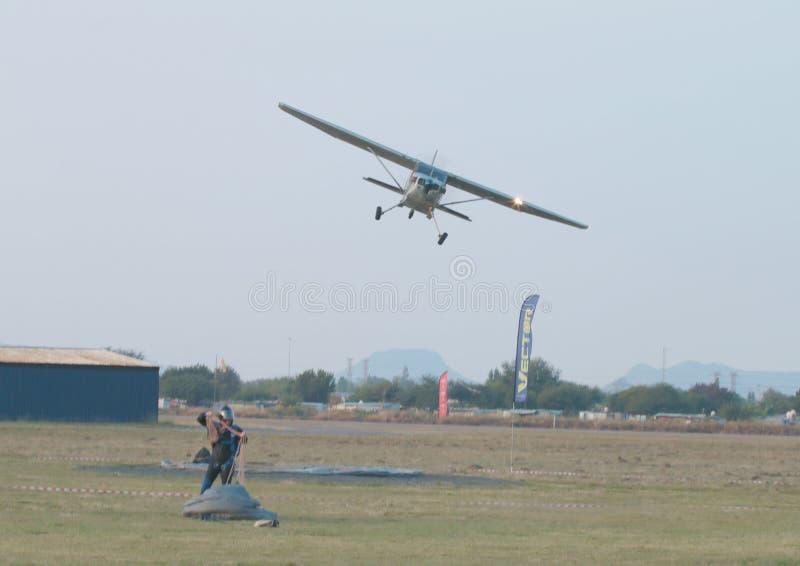 Dernier survol de fabrication pilote après baisse finale de jour avec l'atlas X328 images stock