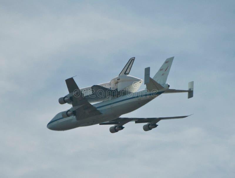 Dernier vol de la visite de navette spatiale au-dessus de la vue du ciel de Los Angeles du Hollywood Hills image libre de droits