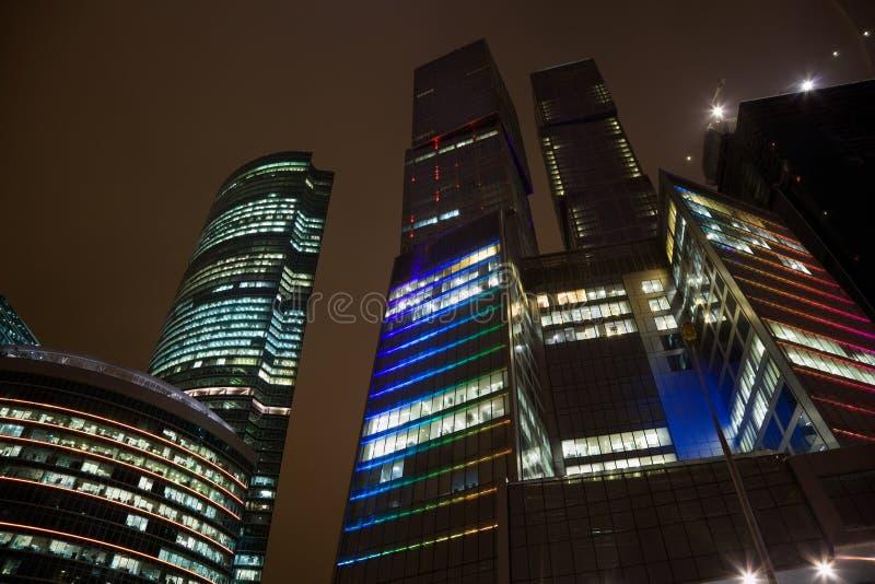 Derniers étages de l'immeuble de bureaux moderne la nuit photographie stock libre de droits