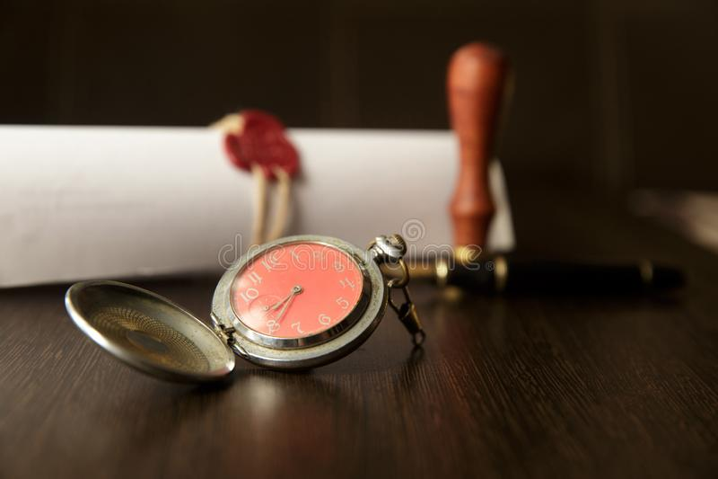 Derniers volonté et testament avec le marteau en bois de juge ; le document est rea de maquette pas images libres de droits