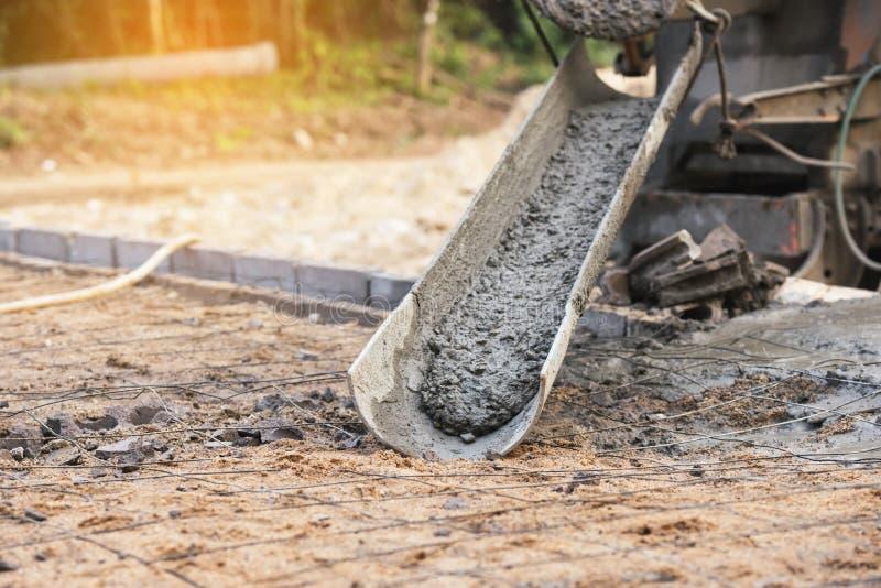 Derramamento concreto durante assoalhos concreting comerciais da construção fotografia de stock royalty free