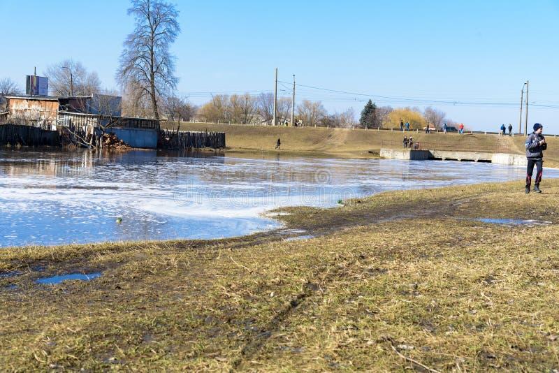 Derramamento da mola do rio na cidade de Chernigov, Ucrânia Em abril de 2018, fotos de stock royalty free